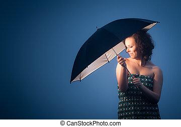 femme, parapluie, joyeux, protégé, froid, jour