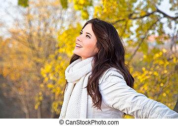 femme, parc, automne, apprécier, beau
