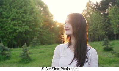 femme, parc, coucher soleil, forêt, ou, heureux