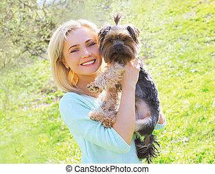femme, parc, ensoleillé, chien, jeune, propriétaire, portrait, yorkshire terrier, heureux