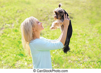 femme, parc, ensoleillé, chien, jeune, propriétaire, yorkshire terrier, heureux