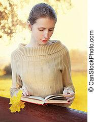 femme, parc, ensoleillé, jeune, automne, livre, portrait, lecture