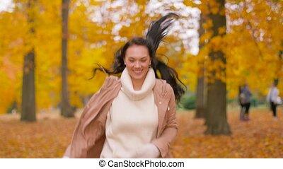 femme, parc, jeune, automne, courant, heureux