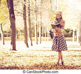 femme, parc, jeune, automne, livre, lecture