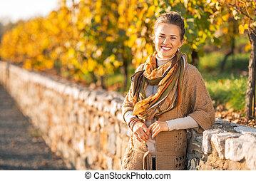 femme, parc, jeune, automne, portrait, sourire