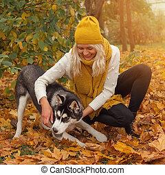 femme, parc, jeune, chien, automne, dehors, amusement, husky, avoir