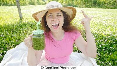 femme, parc, jeune, légume vert, smoothies