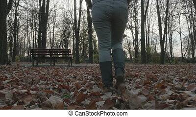 femme, parc, jeune, marche