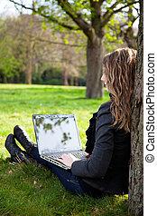 femme, parc, ordinateur portable