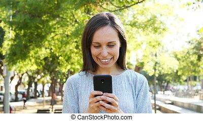 femme, parc, téléphone, adulte, utilisation, intelligent