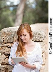 femme, parc, tablet-pc