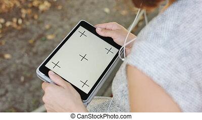 femme, parc, tablette