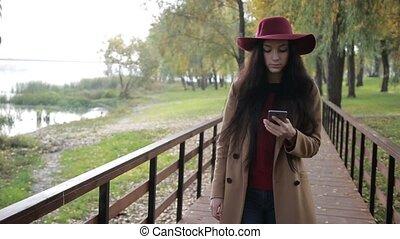 femme, parc, texting, automne, téléphone, sourire