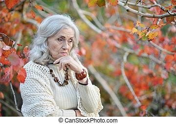 femme, parc, triste, automne, portrait, personne agee