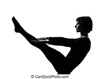 femme yoga navasana pose variation ou bateau