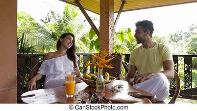 femme parler, communication, couple, boisson, jeune, exotique, jus, forêt, terrasse, orange, pendant, séance, heureux, petit déjeuner, homme