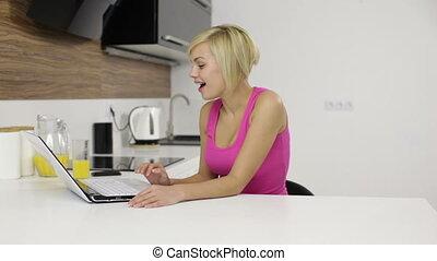 femme parler, communication, ordinateur portable, jeune, écran, informatique, appeler, sourire, vidéo, girl, bavarder, excité, maison, heureux