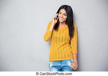 femme parler, heureux, jeune, téléphone