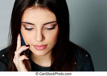 femme parler, jeune, téléphone, closeup, portrait