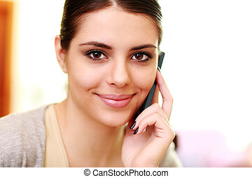 femme parler, jeune, téléphone maison, sourire heureux
