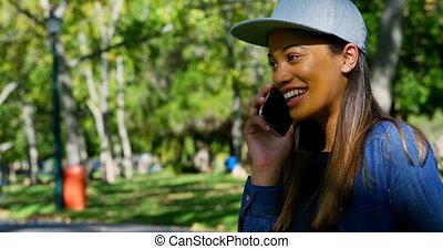 femme parler, mobile, parc, téléphone, 4k
