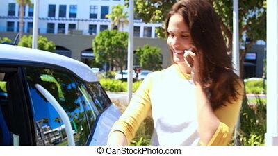 femme parler, mobile, téléphone voiture, 4k
