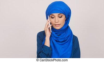 femme parler, musulman, jeune, téléphone portable