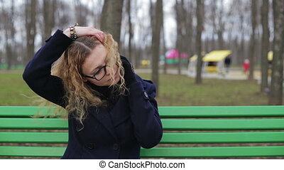 femme parler, parc, jeune, téléphone, dehors