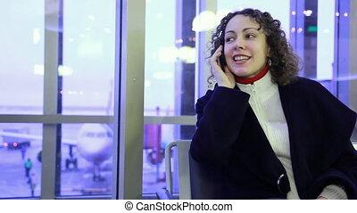 femme parler, séance, aéroport, téléphone portable, fenêtre