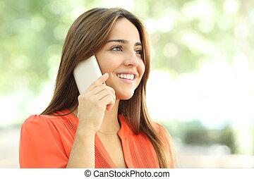 femme parler, smiley, parc, téléphone, orange