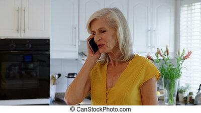 femme parler, téléphone portable, 4k, personne agee, cuisine