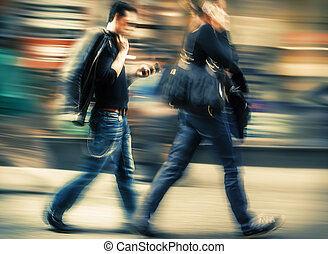 femme parler, téléphone portable, hâte, homme