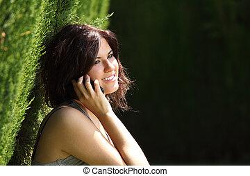 femme parler, téléphone portable, parc, beau