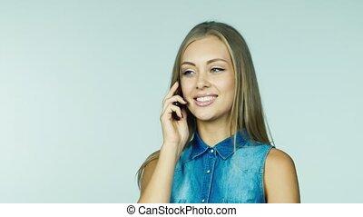 femme parler, téléphone, séduisant, fond, blanc
