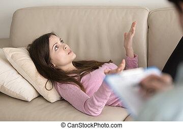 femme parler, visite, jeune, divan, psychologue, mensonge