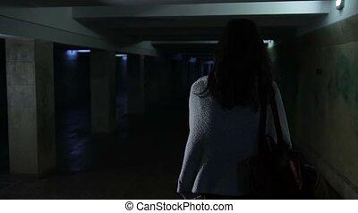 femme, passage inférieur, sombre, courant, par, effrayé