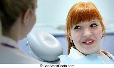 femme, patient, docteur, aide, travail dentaire, jeune, conversation, dentiste, santé, femme, laboratoire, soin, professionnel, réunion