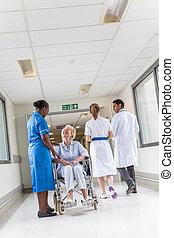 femme, patient, &, fauteuil roulant, femme, infirmière, personne agee, hôpital