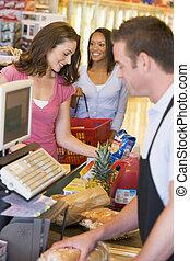 femme, payant, pour, épicerie