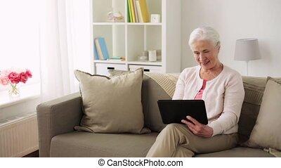 femme, pc tablette, maison, personne agee, heureux