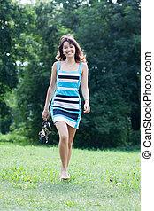 femme, pelouse, pieds nue, marche