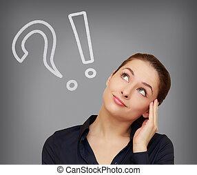 femme pensée, à, question, et, point d'exclamation, regarder, gris, fond