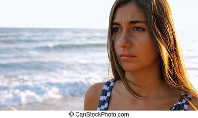 femme pensée, plage, triste
