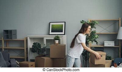 femme, personnel, choses, boîtes, maison mouvement, nouveau, apporter, homme