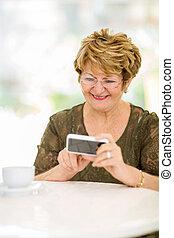 femme, personnes agées, téléphone, lecture, email, intelligent
