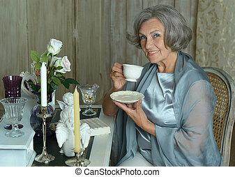 femme, personnes agées, thé buvant
