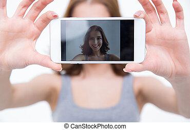 femme, photo, prendre, smartphone, portrait, sourire, selfie