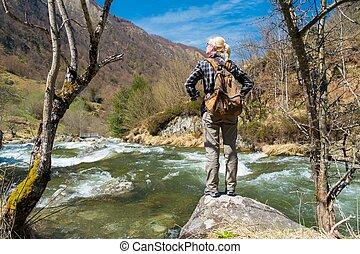 femme, pierre, randonneur, montagnes, jeûne, jeune, rivière, debout
