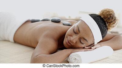 femme, pierres, chaud, obtenant massage, spa