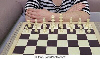 femme, pion, devant, faire, mouvement, échecs